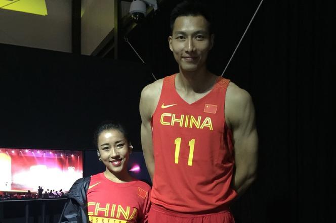 吉克隽逸助威中国男篮 奥运战服加身