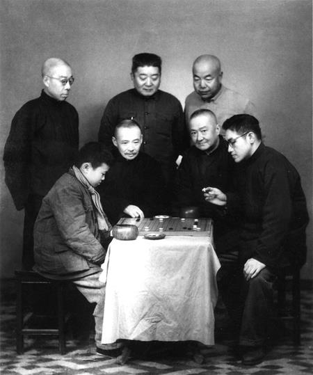 林勉(右)、顾水如(前左一)、魏海鸿(前左二)、王幼宸(后左一)、刘棣怀(后左二)、汪振雄(后左三)等人悉心指导少年陈祖德(左)。