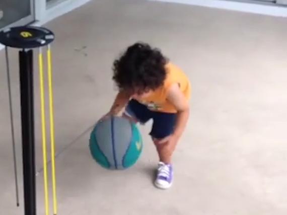 三岁男童花式运球