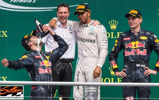 里卡多把香槟酒倒入刚脱下的赛车鞋,举过头顶一饮而尽