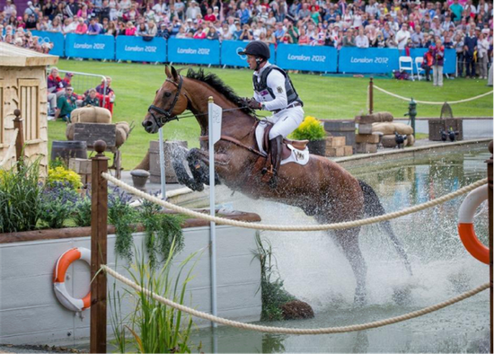 Michael Jung 和马匹 La Biosthetique Sam FBW 为德国赢得 2012 年伦敦奥运会团体赛和个人赛金牌 (国际马术联合会/Dirk Caremans)