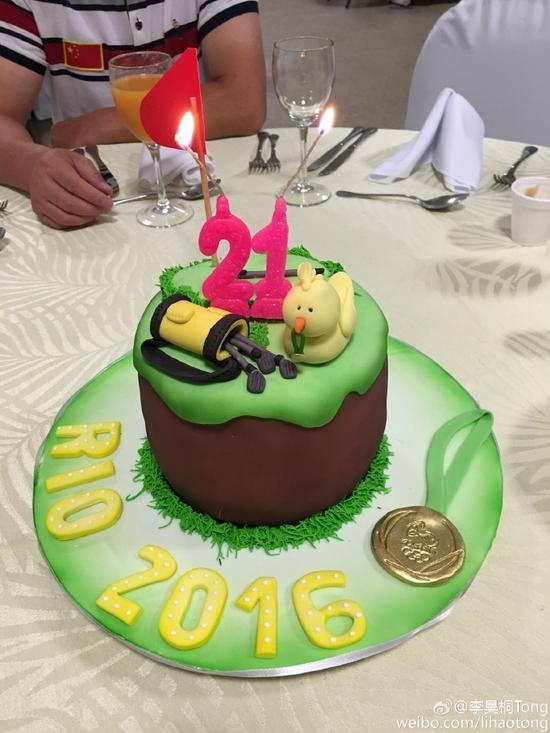 """领导和队友特地为李昊桐准备的21岁""""奥运金牌""""蛋糕"""