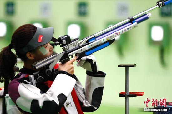易思玲则以185.4环的成绩摘得铜牌。 中新网记者 富田 摄
