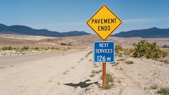 加州因约县死亡谷的路