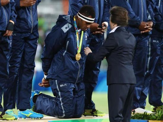 跪着接受金牌