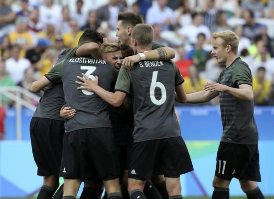 克洛斯特曼与队友庆祝进球