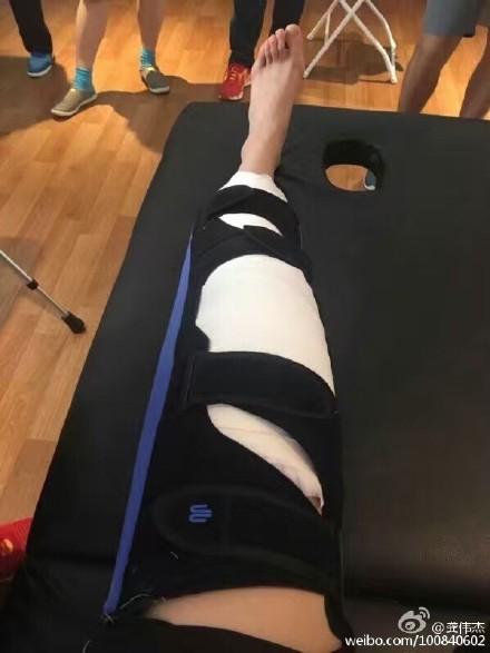 李雪芮伤腿