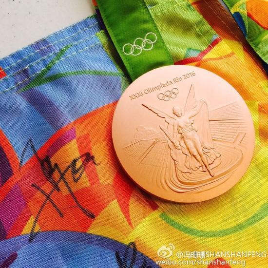冯珊珊展示铜牌