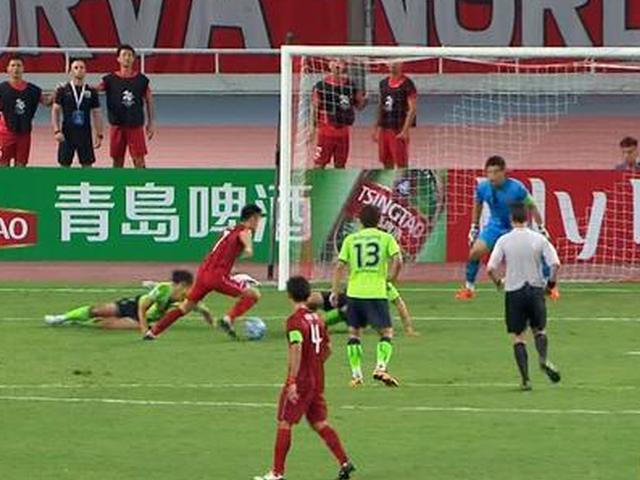 视频-上港精彩踢墙配合 武磊扣球戏耍2人错失进球