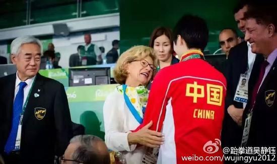 国际奥委会主席巴赫的夫人也向吴静钰示意了激励