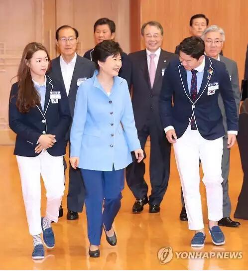 8月25日,在青瓦台,韩国总统朴槿惠邀里约奥运健儿共进午餐。(图片来源:韩联社)