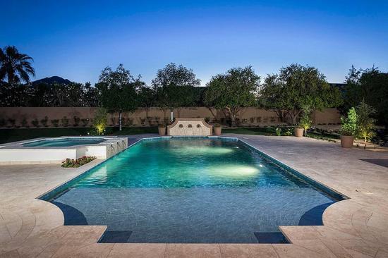 室外巨型泳池