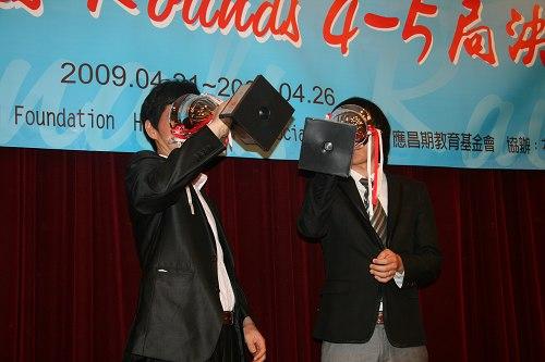 第六届决赛后李昌镐与崔哲瀚用奖杯干杯