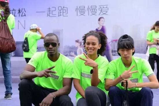 助阵家庭跑武汉站 与小朋友慢跑3公里_跑步频