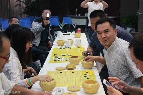百灵集团董事长姜伟(右)是位资深棋迷