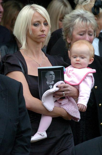 妻子和女儿在保罗-亨特葬礼上