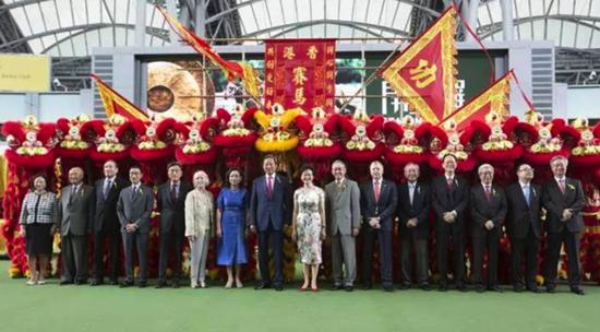香港尤其行政区政务司司长林郑月娥密斯、马会主席叶锡安博士及夫人、香港尤其行政区行政主座夫人梁唐青仪密斯、行政总裁应家柏(右六)及一众董事合照