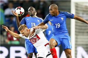 世预赛-吉鲁错失必进球皇马铁卫中楣 法国客平