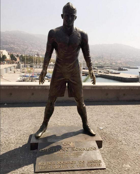 """写有""""世界最佳球员""""的C罗雕像"""