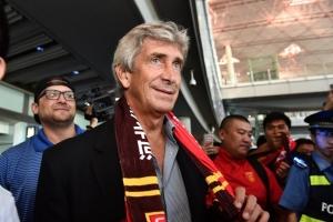 佩莱格里尼到达北京被球迷包抄 与球迷自拍|图