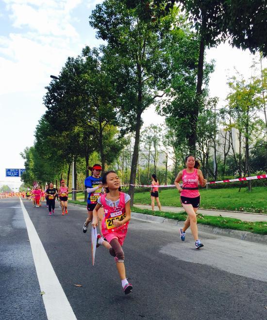 2016年9月10日,在成都市双流区举办的2016年成都女子半程马拉松暨全国女子半程马拉松锦标赛顺利完赛。赛时有来自重庆、云南等地的火辣女跑者外,还有来自国外10个国家及地区的美女选手参赛,本次比赛年龄最小的参赛选手只有3岁,年龄最大的参赛选手63岁。在这个全民跑步健身的时代她们用跑步释放自己的激情。   本次成都双流女子半程是国内最高级别女子半程马拉松锦标赛之一,是中国田协唯一授权的女性半程马拉松锦标赛,比赛当天奥运双向飞碟冠军张山,花样游泳世界冠军蒋婷婷、蒋文文姐妹,为本次女子半程马拉松领跑助威。