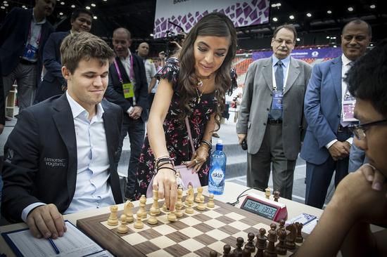 阿塞拜疆总统小女儿为比赛开棋