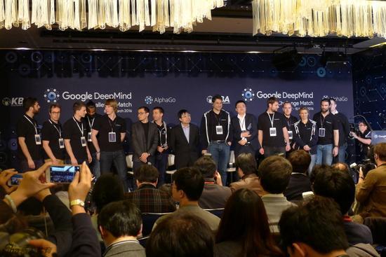 AlphaGo团队接受祝贺