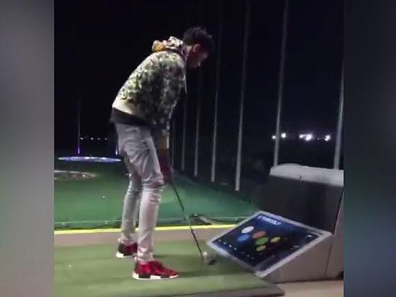 英格拉姆打高尔夫秀球技