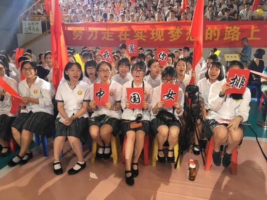 学生欢迎中国女排
