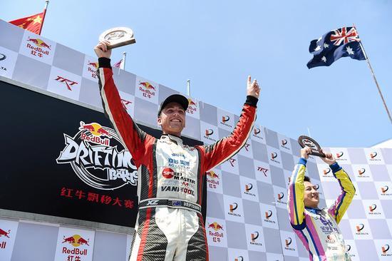 障碍赛冠军杰克·琼斯向车迷展示冠军奖牌