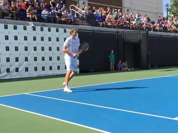 诺维茨基帅气挥拍打网球