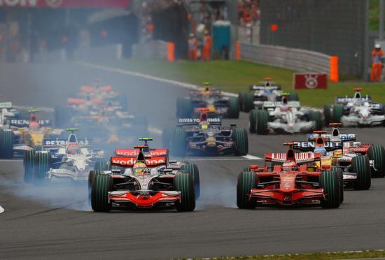 汉密尔顿在一号弯的延迟刹车导致莱科宁不得不冲出赛道