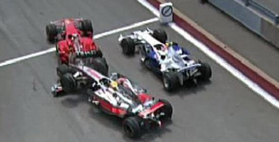 2008年F1加拿大站,汉密尔顿撞上了正在等待PIT出口等红灯的莱科宁