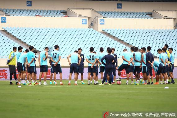 邓卓翔重返南京与昔日队友热聊 苏宁:要拿下三分