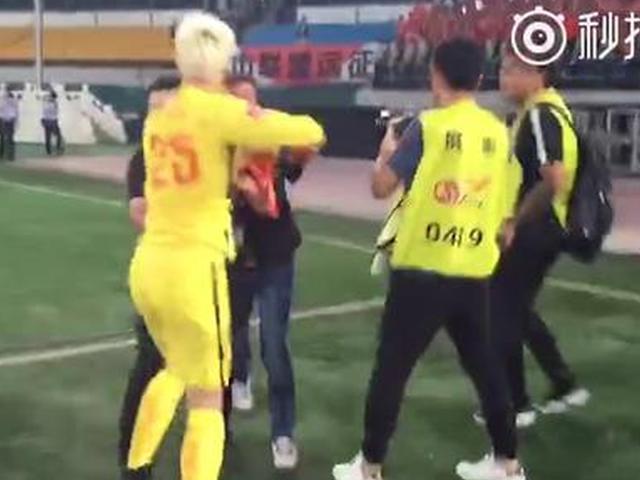 视频-鲁能谢场王大雷不满安保阻拦 相互推搡发生冲突