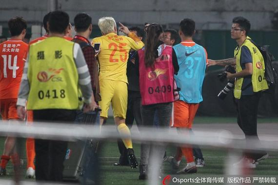 曝王大雷赛后与工体保安起冲突 鲁能球迷遭围堵