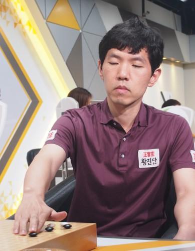 李昌镐天生的性格其实火爆,小时候因为生气还顶破过橱窗。他如何转变成谦逊内敛的模范棋士,是不可解的人性之谜。