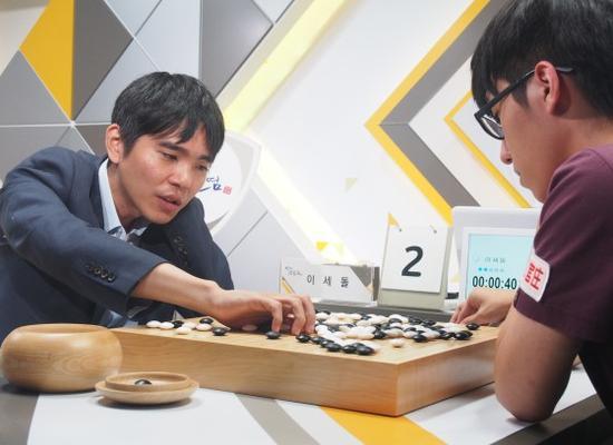 第15轮李世石执白中盘胜金明训。从2004年起打韩联赛的韩国棋手中,只有李世石的胜率超过了70%。(截止10月1日105胜,41负,胜率71.9%)