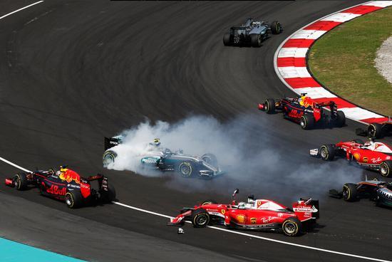 第1圈:罗斯伯格与维泰尔碰撞