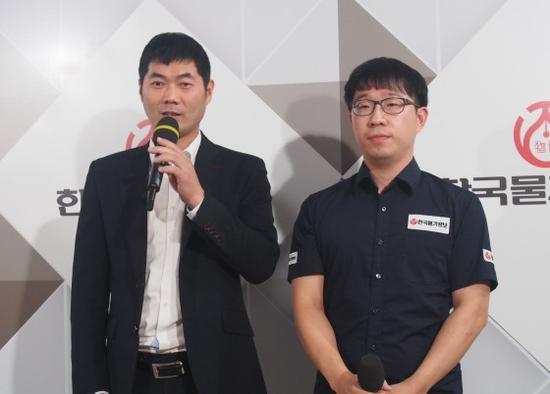韩国物价信息队主教练韩钟振和主将元晟溱接受采访
