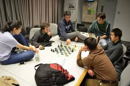 哥伦比亚大学国际象棋代表队在讨论