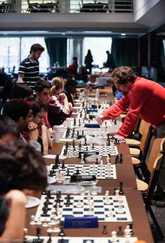 园里的车轮战(哈佛学子和麻省理工大学学子)Chess Master Marc Esserman competes in 10 games simultaneously during Sunday's MIT-Harvard Chess Tournament hosted by the MIT Chess Club.