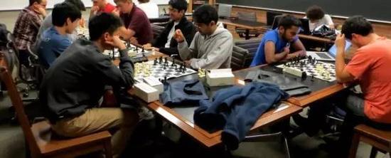 棋手们还会组织比赛
