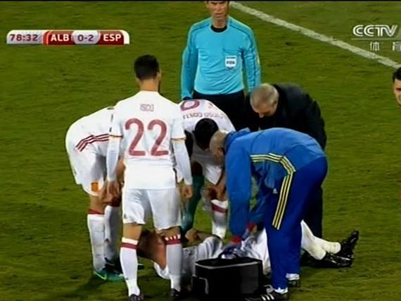 视频-拉莫斯意外扭伤膝盖 表情痛苦无法坚持被换下