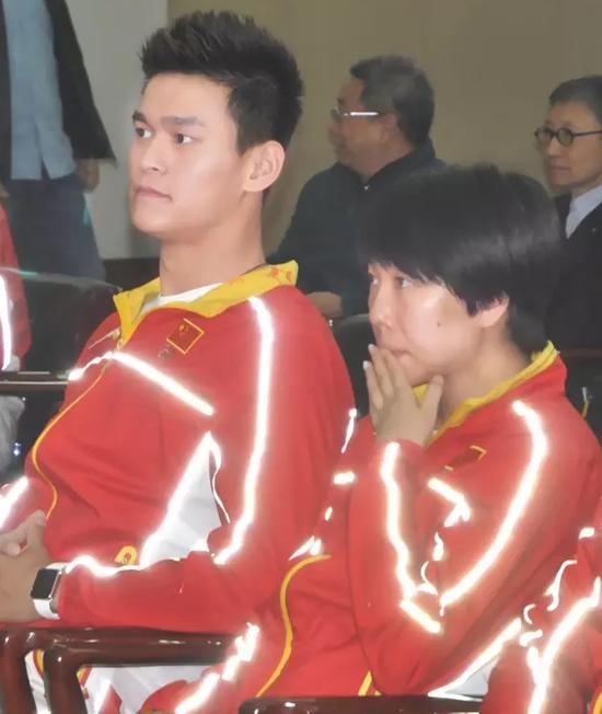 孙杨和李晓霞列席流动