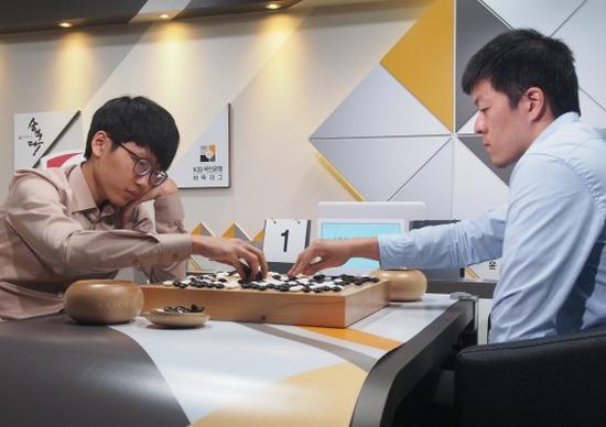 韩联赛第16轮申真谞不敌尹畯相