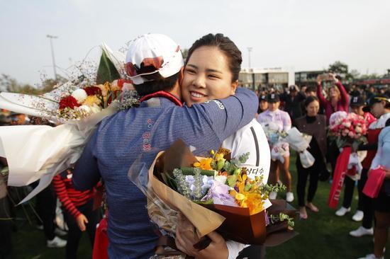 并未参加韩亚锦标赛的朴仁妃赶来送行朴世莉