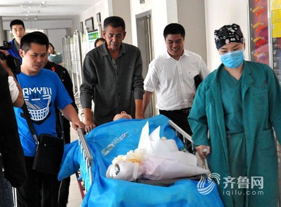下午16时许,杨方旭被推出手术室