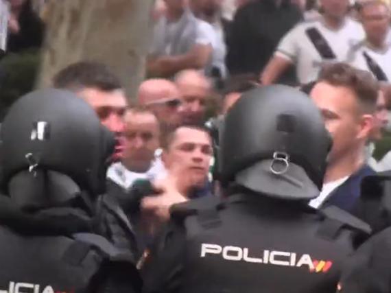 视频-皇马华沙赛前混乱一片 极端球迷伯纳乌外洒鲜血