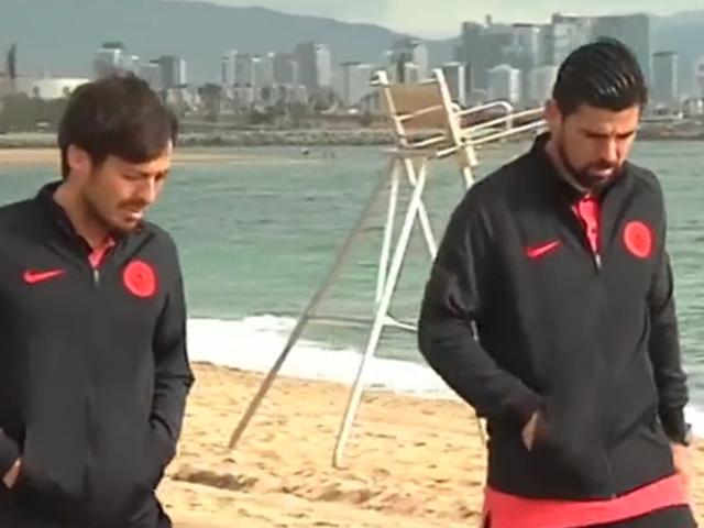 视频-曼城球员现身巴塞罗那海滩 散步合照过足游客瘾